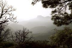 Natureza impressionante nas montanhas Cruz de Tejeda em Gran Canaria, Ilhas Canárias sob a bandeira espanhola fotografia de stock