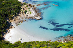 Natureza litoral colorida em Villasimius (Sardinia) com montagem do mar Imagens de Stock Royalty Free
