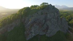 Natureza maravilhosa de Kamchatka Circundamento em torno da rocha filme