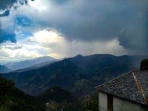 A natureza nubla-se himachal imagens de stock