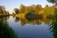 Natureza perto dos picos, paisagens do rio foto de stock