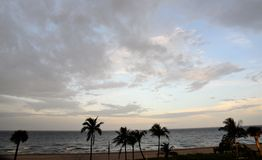 A natureza pinta uma imagem criativa cada início da noite sobre o oceano com suas formações constantemente em desenvolvimento da  imagem de stock