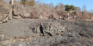 A natureza preta da rocha ou da montanha ajardina o fundo da Índia do lakhnadon, imagem tomada em fevereiro de 2018, paisagem Fotos de Stock