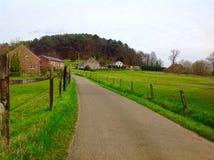 A natureza verde bonita na maneira com casas europeias projeta Fotos de Stock Royalty Free