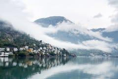 Natureza verde na cidade pequena de Odda entre montanhas e fiordes dentro imagem de stock