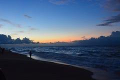 Naturfarben mit Ozean des blauen Himmels mit orange Sonnenlicht Stockbilder