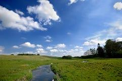 Naturfluß und -wolken Lizenzfreie Stockbilder