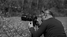 Naturfotograf i fält royaltyfri foto