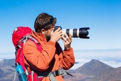 Naturfotograf som utomhus tar bilder Fotografering för Bildbyråer