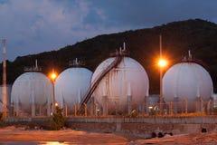 Naturgaslagringsbehållare i sfärform på skymningtid Arkivbild