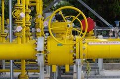 Naturgaspipelines och ventiler royaltyfria bilder