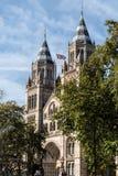 Naturgeschichtliches Museum von London, Vereinigtes Königreich mit britischer Flagge an einem sonnigen Tag lizenzfreies stockbild