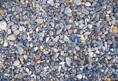 Naturhintergrund von den grauen mehrfarbigen Seekieseln Stockfotografie