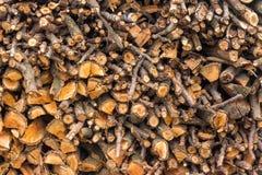 Naturholzhintergrund, Nahaufnahme Das Brennholz wird für den Winterstapel von hölzernen Klotz gelegt und vorbereitet Stockbild