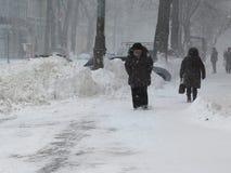 Naturkatastrophen Winter, Blizzard, starke Schneefälle gelähmt die Stadt, Einsturz Schnee bedeckte den Wirbelsturm Europa Lizenzfreies Stockbild