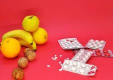 Naturkemikalie, liv och döda, frukt och piller fotografering för bildbyråer