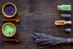 Naturkosmetik mit Lavendel und Kräutern für selbst gemachten Badekurort auf hölzernem Draufsichtspott des Hintergrundes oben Lizenzfreies Stockfoto