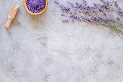 Naturkosmetik mit Lavendel und Kräutern für selbst gemachten Badekurort auf SteinDraufsichtspott des hintergrundes oben Stockfoto