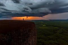 Naturkrafthintergrund - heller Blitz im dunklen stürmischen Himmel im Mekong des Baumfelsen Wal-Berges in Bungkan Stockbilder
