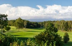 Naturlandschaft mit Golffeld oder Kursansicht stockbilder