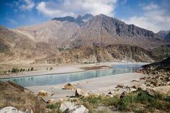 Naturlandschaftsansicht von Bergen und von klarem Wasser von Fluss an Ghanche-Bezirk pakistan stockfoto