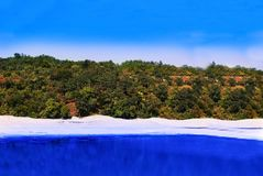Naturlandschaftshügel und Seefoto haben blauen Himmel lizenzfreies stockbild