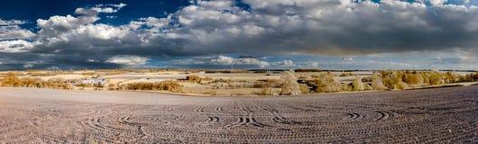 Naturlandschaftsinfrarotpanoramablick mit schönen Wolken Lizenzfreies Stockfoto