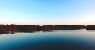 Naturlandschaftssandiger Strand am Sonnenuntergangfluß und am ruhigen windstillen Wetter des Himmels stock video