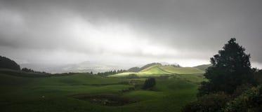 Naturlandschaftssonne, die durch - Sao Miguel Azores Portug bricht lizenzfreies stockbild