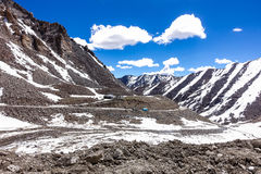 Naturlandskap med bergbakgrund längs huvudvägen i Leh Ladakh, Indien Fotografering för Bildbyråer