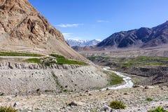 Naturlandskap med bergbakgrund längs huvudvägen i Leh Ladakh, Indien Royaltyfria Foton