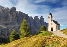 Naturlandskap med den trevliga kyrkan i ett bergpasserande i Italien Al Arkivfoto