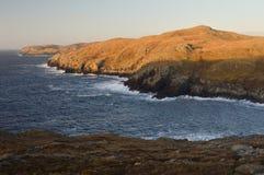 Naturlandskap med klippor på Shetland öar Arkivbilder