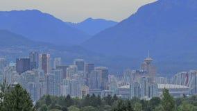 Naturlandskap- och Urban Cityscape av Vancouver British Columbia Kanada med två berg för lejoncypressskogshöns lager videofilmer