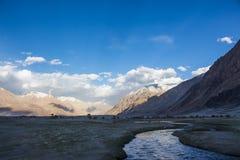 Naturlandskapet av berg och floden arkivfoton