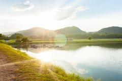 Naturlandskapet och blå himmel reflekterade i floden Royaltyfria Bilder