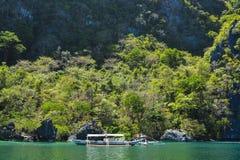 Naturlandskapsikt av havet och bergen Resa till Filippinerna royaltyfri fotografi