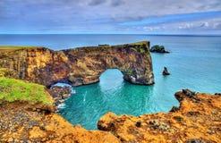 Naturlig båge av den Dyrholaey halvön - Island Arkivfoton