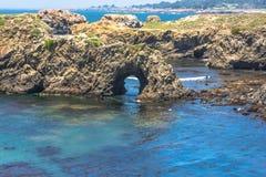 Naturlig båge längs kusten av Mendocino, Kalifornien Royaltyfri Foto