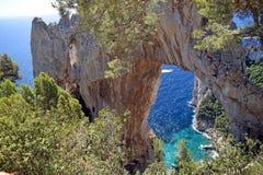 Naturlig båge på ön av Capri, Italien Arkivbilder