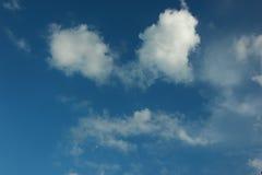 Naturlig bakgrund av blå himmel och molnet Arkivfoton