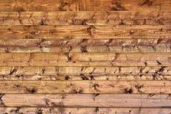 Naturlig bakgrund - en vägg av träbräden med moränyttersida Brun shad Arkivfoto