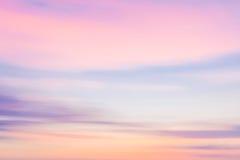 Naturlig bakgrund för Defocused solnedgånghimmel med suddig panorera kvickhet Arkivfoton