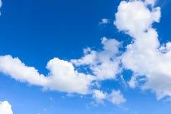 Naturlig bakgrund för himmel- och vitmoln Arkivbilder