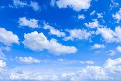 Naturlig bakgrund för himmel- och vitmoln Arkivfoto