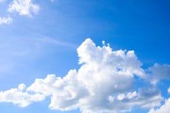 Naturlig bakgrund för himmel- och vitmoln Arkivfoton