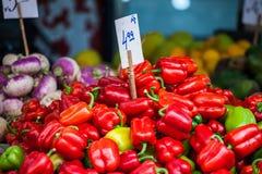 Naturlig bakgrund för röda, gröna och gula söta spanska peppar. arkivfoto
