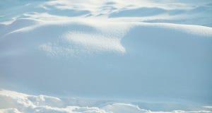 Naturlig bakgrund för vintersnöXmas Härliga texturerade snöig ljus för solig dag för landskap grunt djupfält royaltyfri foto