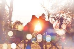 Naturlig bakgrund kopplar ihop vänner Sollöneförhöjningarna i morgonen Royaltyfri Foto