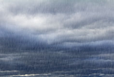 Naturlig bakgrund med regnig himmel Arkivfoto
